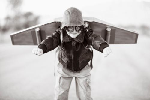 Niño con alas de avión
